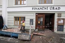 Drobnými úpravami prochází v těchto dnech Finanční úřad na Žerotínově náměstí v Třebíči.