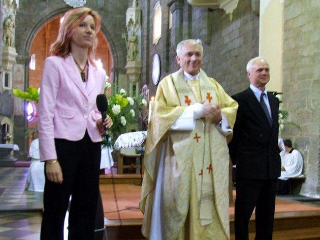 SLAVNOSTNÍ PŘEDÁNÍ. Třídní učitelka oktávy Hana Kopecká, generální vikář Jiří Mikulášek a ředitel katolického gymnázia Pavel Krška se chystají předat maturitní vysvědčení.