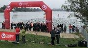 Plavci krátce po startu na závodu Ironman.