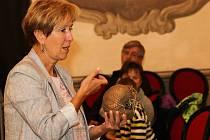 Ředitelka zoo Eliška Kubíková sebou do Muzea Vysočiny Třebíč přinesla jedno zajímavé zvíře - pásovce kulovitého.