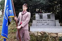 Skautská čestná stráž u pomníku s reliéfy prezidentů Masaryka a Beneše.