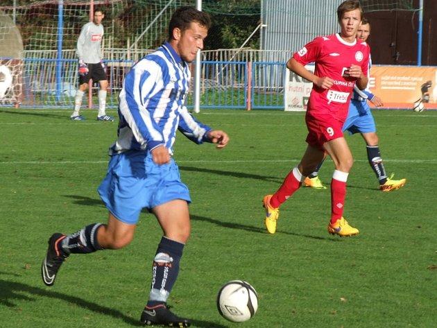 Juniorka HFK Třebíč (v červeném) vyprovodila Náměšť-Vícenice půltuctem branek.