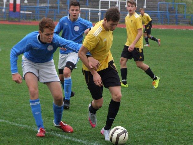 Na neproměňování šancí si postěžoval trenér mladších dorostenců HFK Třebíč (v modrém) Ivoš Nejedlý po hubeném vítězství nad Svratkou Brno.