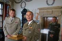 Ve Valči došlo i na symbolické předání předsednictví nad společnými ozbrojenými silami V4. V uplynulém roce tuto úlohu plnila česká strana. Josef Bečvář ji předal náčelníkovi Generálního štábu Polských ozbrojených sil Mieczyslawu Goculovi.