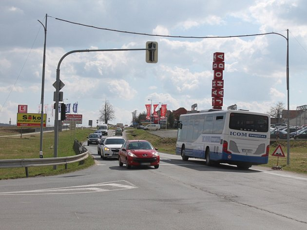 V Třebíči se už v druhé polovině dubna zavře velmi frekventovaný úsek Znojemské ulice mezi křižovatkou se Spojovací a kruhovým objezdem u Stop Shopu.