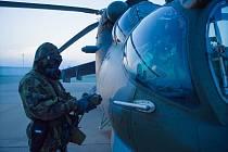 Měření kontaminace na vrtulníku.