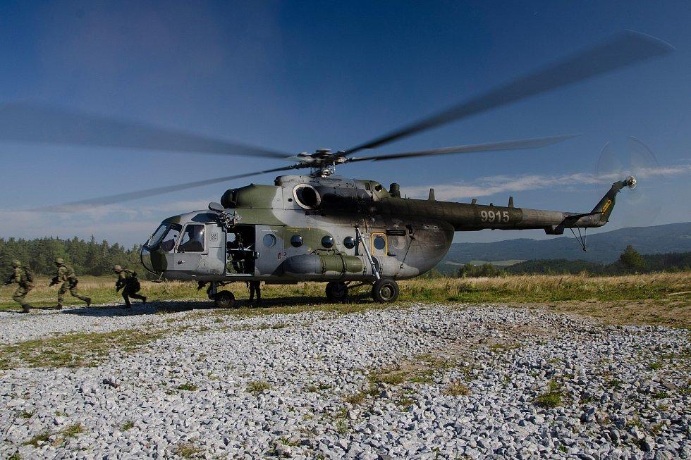 Na letišti v Náměšti momentálně operují i s vrtulníky Mi-171.