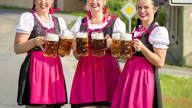 Oktoberfest se koná o víkendu v Hartvíkovicích. Slibuje spoustu piva, muziku i delikatesy.