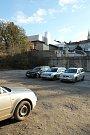 Proluka v Otmarově ulici, kde měl stát parkovací dům.