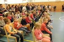 Základní škola Otokara Březiny v Jaroměřicích nad Rokytnou má silné obsazení prvních tříd. Do dvou tříd prvního ročníku letos poprvé zasedne 57 dětí. Ráno 1. září o půl osmé zahájil ředitel školy Michal Scigiel v nové tělocvičně.