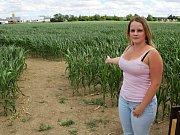 Pokladní Aneta Dvořáková ukazuje cestu do kukuřičného bludiště v Třebíči.