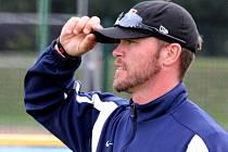 Envoy coach americké Major League Baseball (MLB) Andy Berglund se  vrátil po roce do Třebíče. Mladé talenty tentokrát trénoval už na novém stadionu, který se začínal budovat právě při jeho první návštěvě.