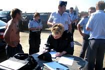 Cizinecká policie spolu s celníky prověřila 180 lidí, z toho 15 cizinců. Veškeré osobní doklady a pracovní povolení byly v pořádku.