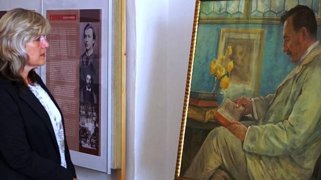 Petra Ligačová před portrétem J. B. Foerstera, dílem Viktora Foerstera