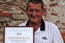 Jaromír Čejka z Třebíče o sobě rád říká, že se narodil s fotbalovým míčem u nohou. Rodiče totiž správcovali na fotbalovém hřišti v Borovině. Tak či onak, zelený trávník se mu stal osudem. I v jednaosmdesáti letech je aktivním fotbalovým rozhodčím. A rekor