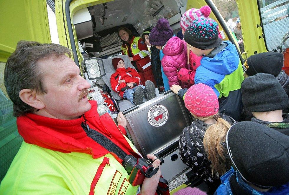 O riziku spojeným se vstupem na tenký led a případnou první pomocí pak děti seznámili členové Zdravotnické záchranné služby.