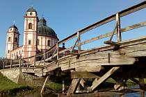 Chystá se stavba dvou nových mostů. Starý dřevěný most do podzimu nahradí nový na jiném místě. Blíže středu osy zámku.