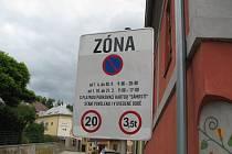 """V třebíčské Židovské čtvrti se smí parkovat pouze na vyhrazených místech. Neomezeně co se doby týče parkují majitelé parkovací karty """"Zámostí""""."""