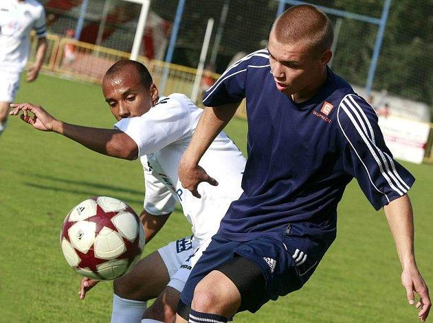 Divizní tým v souboji s loňským finalistou neudržel dvoubrankový náskok, ale zvládl penalty. Třebíč hraje v modrých dresech.