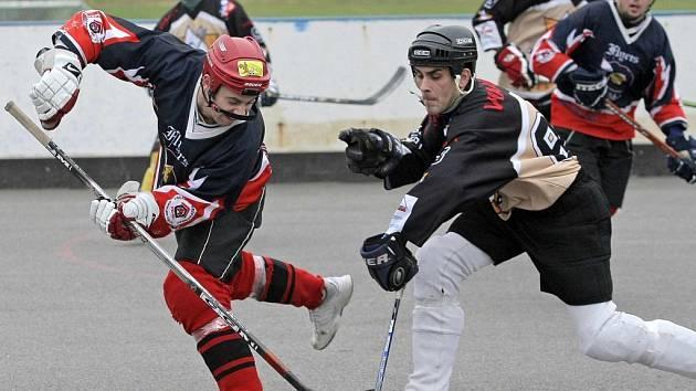 Hokejbalisté Přibyslavic (vpravo) drželi s Flyers po dvou třetinách krok, ale ve třetí Jihlava rozhodla.