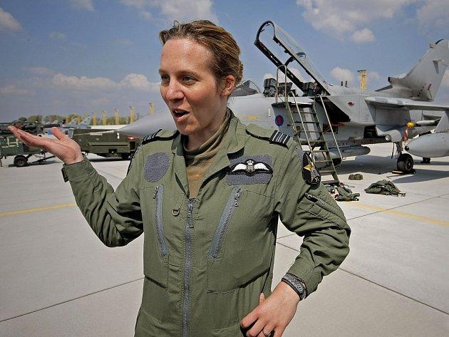Helen Hillard – povoláním vojenský pilot britského Královského letectva.