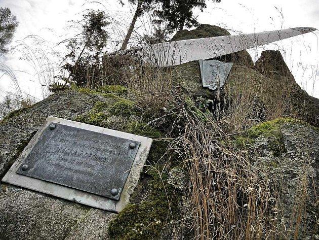 Pomník v Lorenzových sadech na katastru obce Kožichovice připomíná pilota Václava Peřinu, který na místě v září 1931 zahynul v letadle.