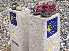 V nohách jsem měl sotva pár stovek metrů, když jsem uviděl první odložené boty. Podle barvy pásků soudím, že patřily nějaké poutnici.