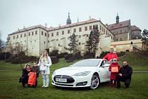 Výhercem soutěže, ve které E.ON plní vánoční přání a dárky rozváží elektromobilem Tesla, se stal Šimon Lavický. Přál si dárek pro svou sestru.