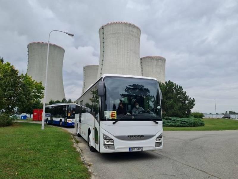 Evakuační autobusy, které přepravovaly zaměstnance.