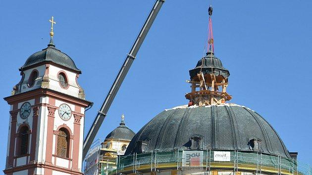 Ozdoba chrámu v Jaroměřicích je zpět. Podívejte se, jak věžičku usazoval jeřáb