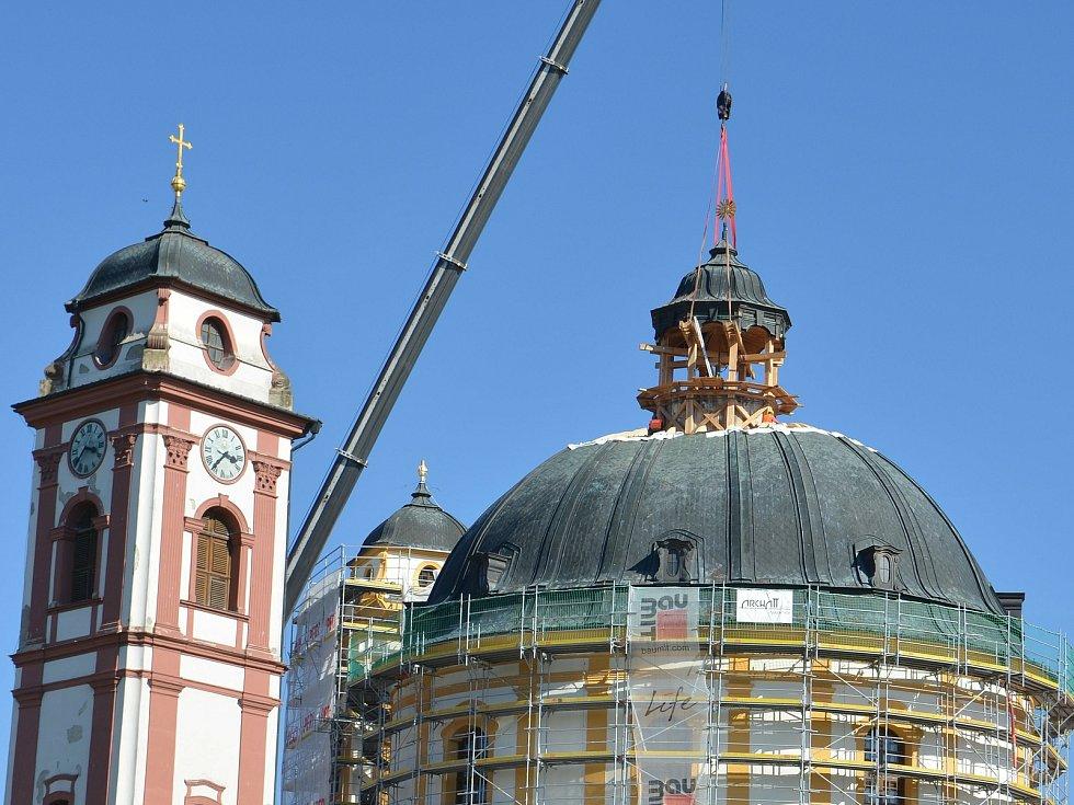 Usazování věžičky na vrchol kopule chrámu sv. Markéty.