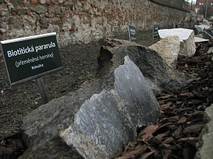 Katolické gymnázium má první naučnou stezku hornin a minerálů v Třebíči