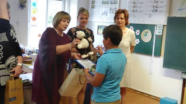 Ivana Zemanová předala vysvědčení školákům v Dolních Vilémovicích.