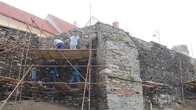 Oprava hradeb v Jemnici