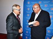 Předseda KHK KV Richard Horký (vpravo) přijímá zlatého Merkura od prezidenta HK ČR Vladimíra Dlouhého.