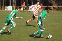 Nová útočná akvizice Rapotic ze Zastávky Nyebe Rossi (u míče) v utkání 17. kola I. A třídy se divákům ukázala v dobrém světle. Kamerunského forvarda bylo plné hřiště, když na první branku přihrával Petru Matouškovi a druhý gól vstřelil.