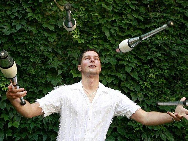 Za parádními kousky Milana Ošmery stojí dlouhé hodiny usilovného tréninku. Se speciálními žonglérskými kuželkami umí předvést divákům opravdu leccos, staly se pro něj vášní i obživou.