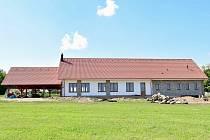 V malé vsi na Třebíčsku si lidé převážně vlastními silami za rok postavili kulturní dům.