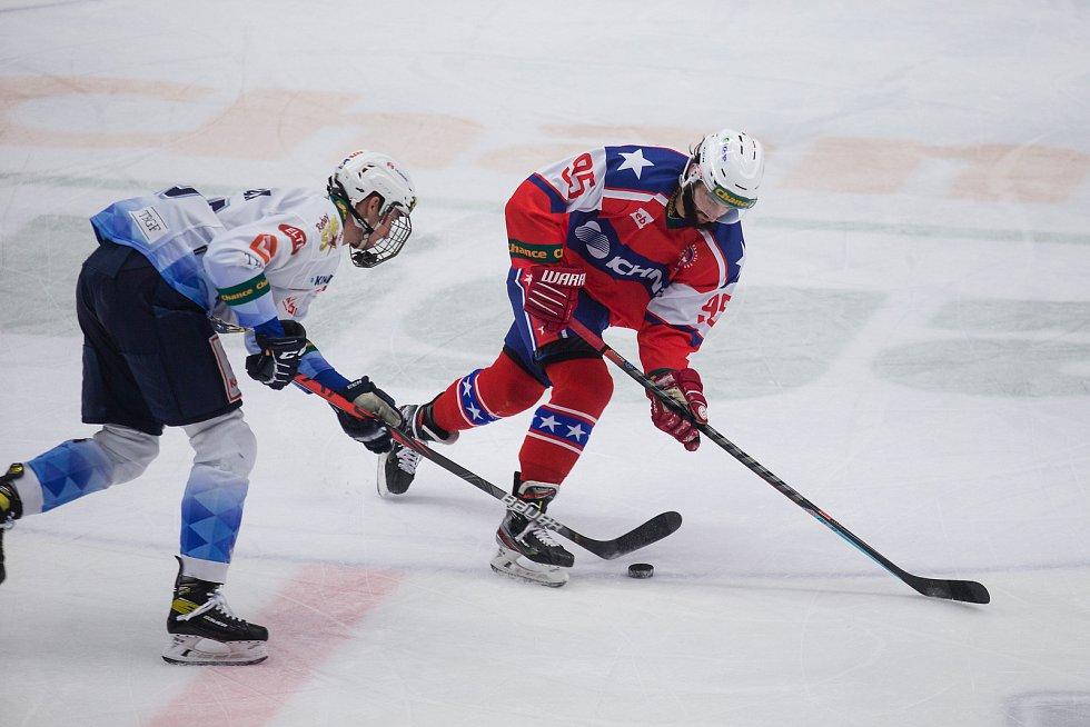 Třebíčští hokejisté (v červeném) se s letošním rokem rozloučili porážkou 0:4 na přerovském ledě.