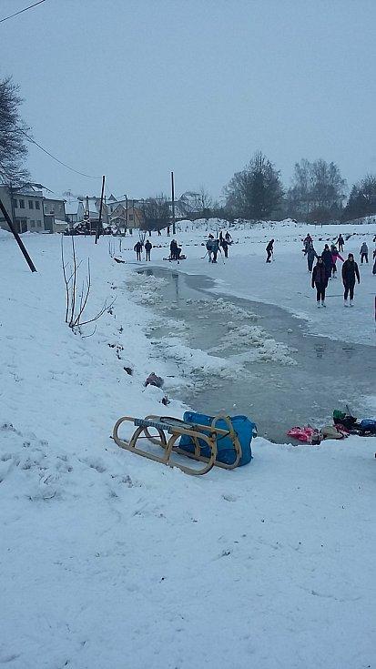 Zima jako od Lady. Děti jezdí na saních nebo se prohánějí na bruslích
