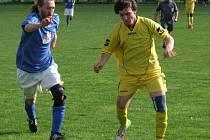Březnický útočník Michal Sobotka (vpravo) nedohrál v důležitém záchranářském zápase 21. kola okresního přeboru proti Třebenicím (3:1) ani první poločas. Ve 42. minutě musel pro zranění kolene střídat.