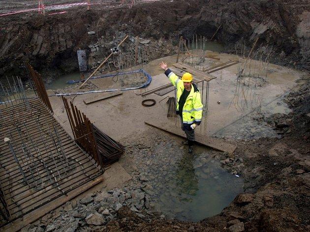 Ve spoustě bláta se v těchto dnech brodí dělníci, kteří pracují na stavbě obchvatu Moravských Budějovic. Byť je celosvětová krize, toto dílo jí zatím úspěšně uniká, harmonogram firmy dodržují.