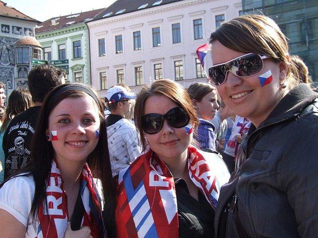 Stovky lidí dorazily v pátečním odpoledni na třebíčské Karlovo náměstí, aby v přímém přenosu na velkoplošné obrazovce sledovaly hokejové utkání ČR – Švédsko z mistrovství světa v ledním hokeji.