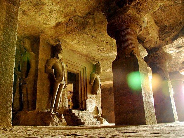 Svatyně boha Šivy v jeskyních na ostrově Elephanta, hodinu lodí od Mumbai.