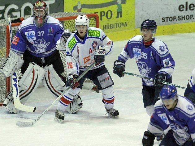 Třebíčští junioři (v bílém) sehráli v Kolíně podle slov trenéra Romana Mejzlíka než posledně proti Velkým Popovicím.