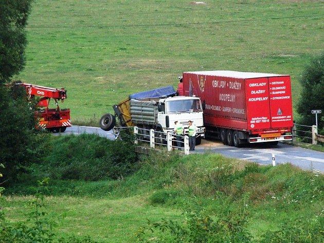 Nehoda dvou nákladních vozů u Pocoucova.
