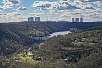 Pohled na elektrárny Dukovany a Dalešice.