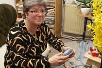 Květoslava Kolářová při zhotovování kraslic.