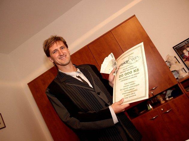 Zástupci vítězného města převzali šek na dvacet tisíc.