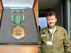 Třiačtyřicetiletý velitel křídla a pilot vojenského vrtulníku Rudolf Straka obdržel americké vojenské vyznamenání Army Commendation Medal.